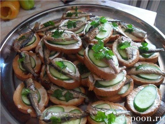 Хрустящие бутерброды со шпротами и чесноком