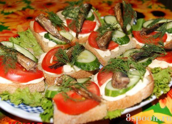 Праздничные бутерброды со шпротами и овощами