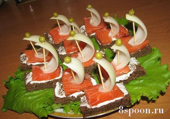 Праздничные канапе на шпажках с красной рыбой Кораблики