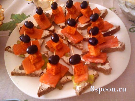 Канапе с красной рыбой на шпажках с сыром и паприкой