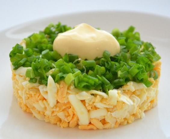 """Простой салат с луком и яйцом """"Чиполлино"""""""