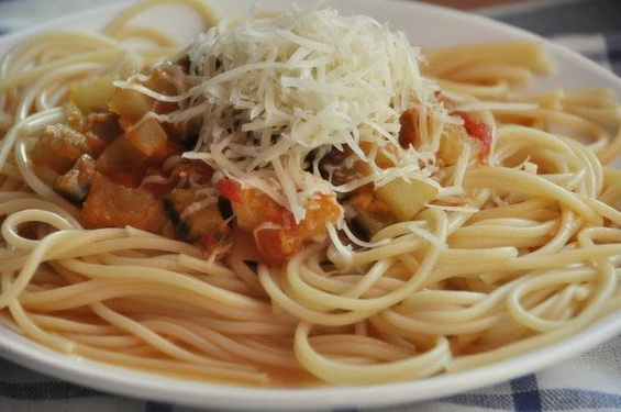Спагетти с овощами в томатном соусе