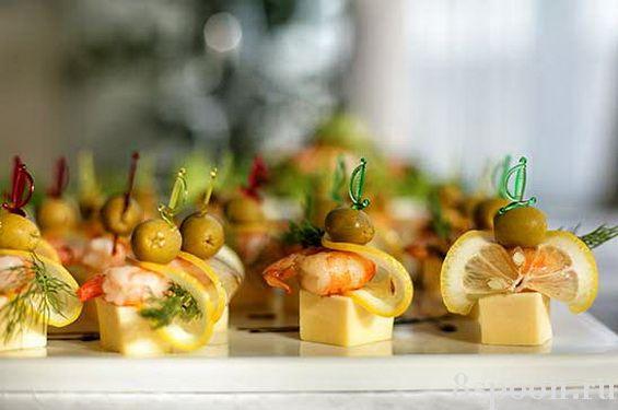 Канапе на шпажках с креветками и сыром