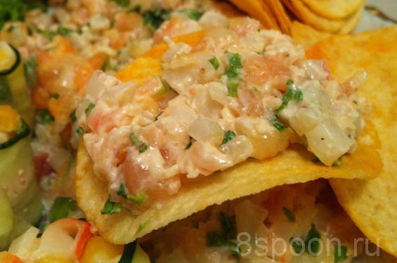 Закуска на чипсах с кальмарами, креветками и семгой