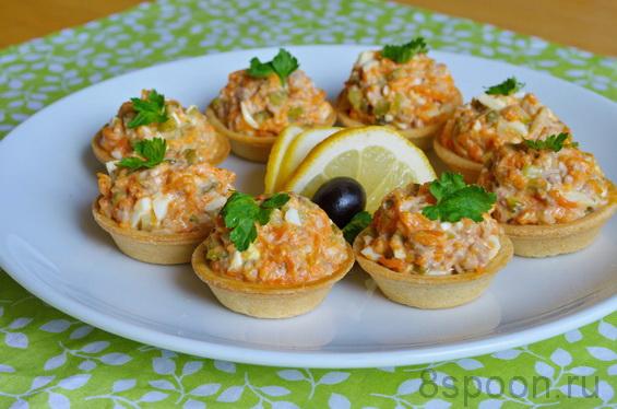 Салат в тарталетках с печенью трески и маринованным огурцом