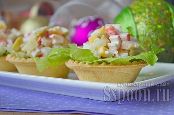 Салат в тарталетках с крабовыми палочками, оливками и ананасом