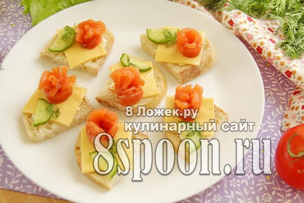 Бутерброды с семгой и сыром «Праздничные розы» фото