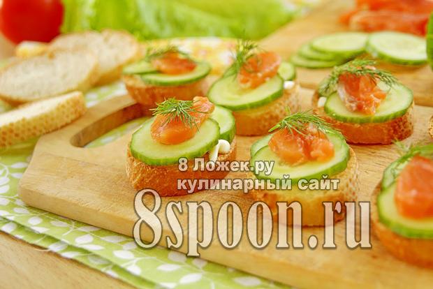Хрустящие бутерброды с семгой и огурцом фото