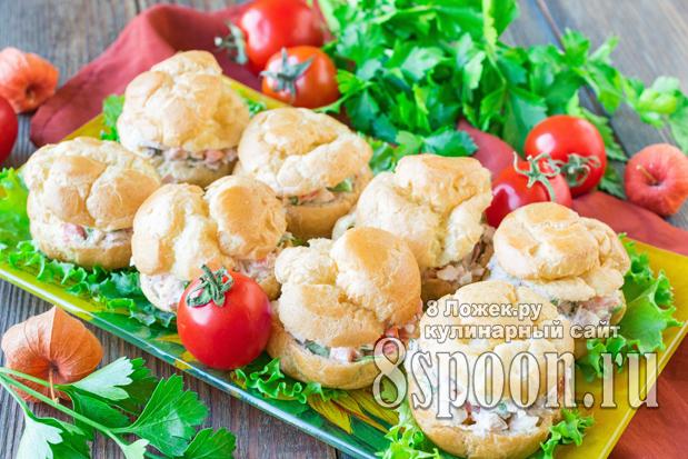 Закусочные профитроли с курицей, сыром и помидором фото