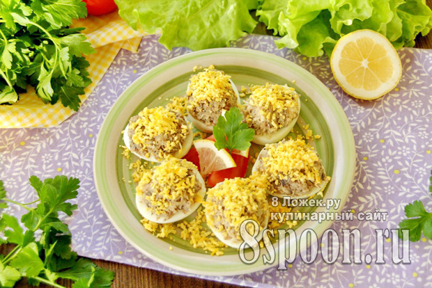 Яйца, фаршированные шпротами и сыром