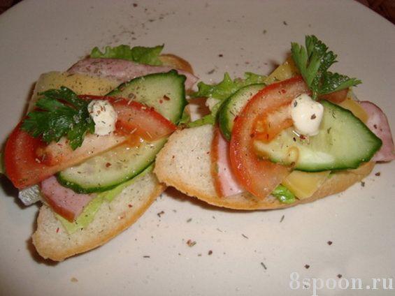 Вкусные бутерброды с грудинкой и овощами