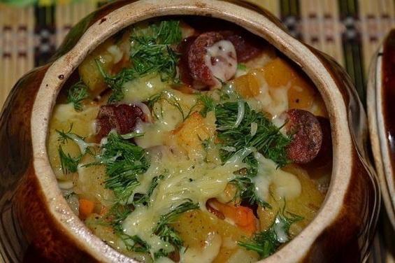 Картошка в духовке в горшочках с охотничьими колбасками