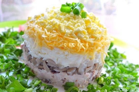 Салат с курицей и грибами Застольный