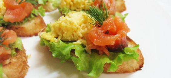 Праздничные бутерброды с семгой и яйцом