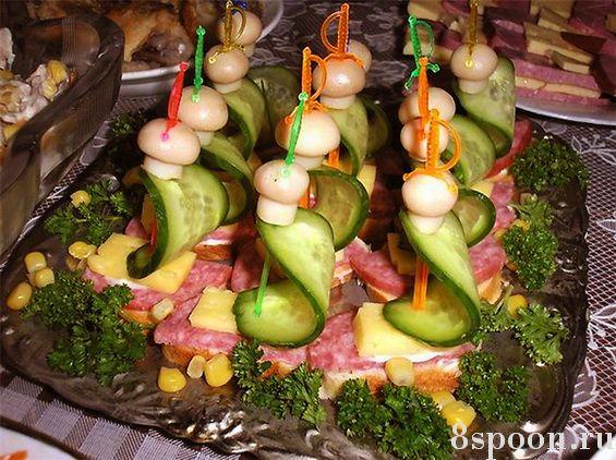 Праздничные канапе на шпажках с колбасой, сыром и грибами