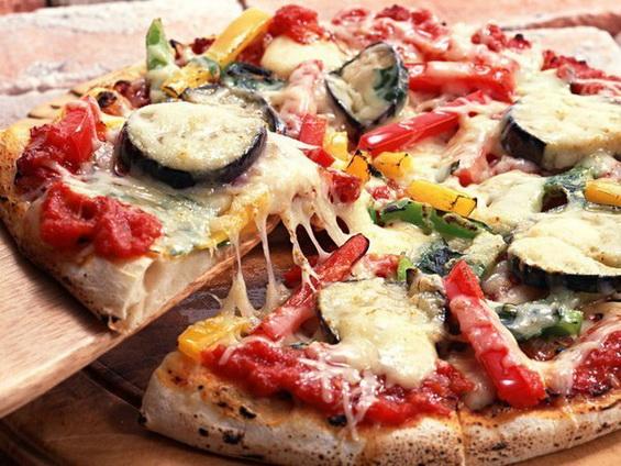 Пицца с баклажанами и сосисками