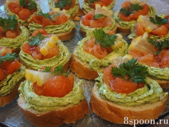 Бутерброды с семгой и зеленым маслом