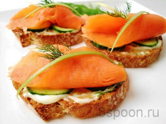 Хрустящие бутерброды с семгой и огурцом