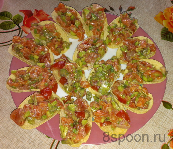 Закуска на чипсах с семгой и авокадо