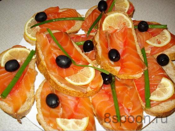 Простые бутерброды с семгой, лимоном, и оливками