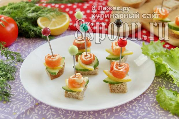 Бутерброды-канапе на шпажках с рулетиками из семги фото