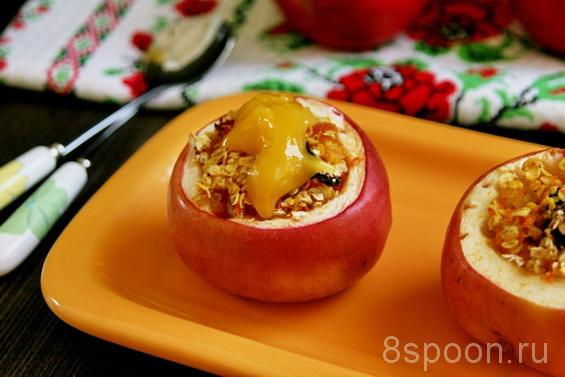 Печеные яблоки в духовке с овсянкой и сухофруктами