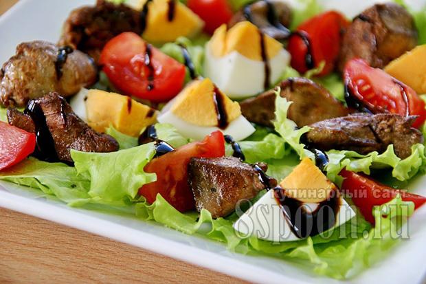 Салат с куриной печенью и помидорами