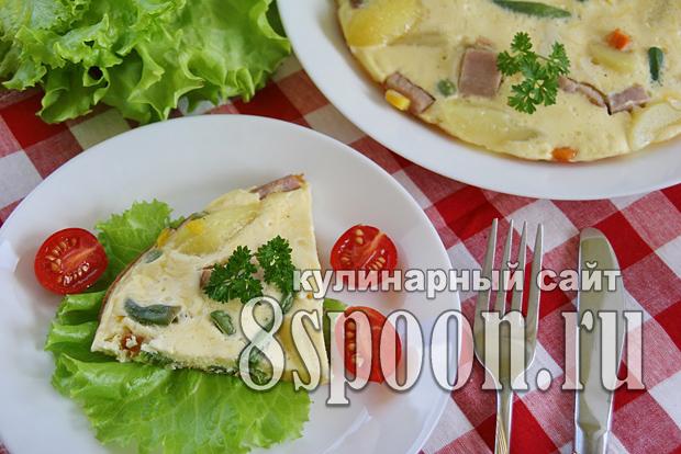 Омлет на сковороде с ветчиной и овощами