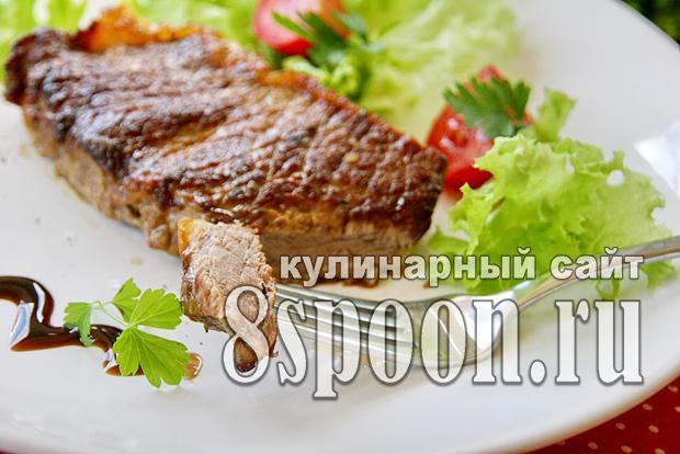 Стейк из говядины на сковороде фото